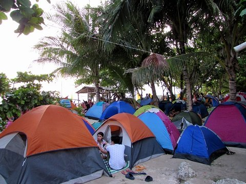 TENT CITY. The beach was transformed into a tent city on all sides.