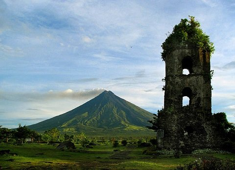 Mt. Mayon in Albay, Philippines © Storm Crypt on flickr